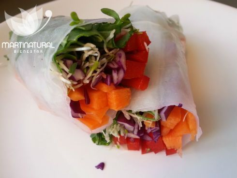 Rollitos arco iris de hortalizas con salsa deliciosa de almendras