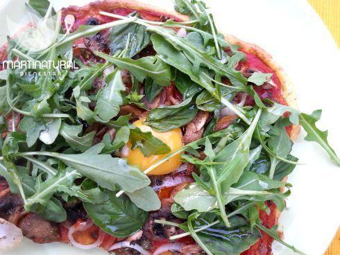 Pizza paleo de champiñones, huevo y hojas verdes